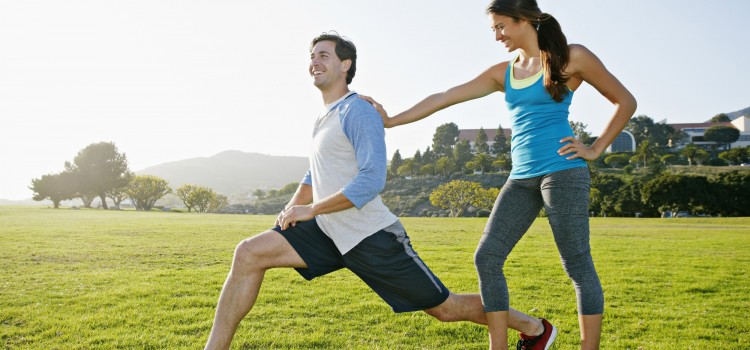 Des exercices de sport en couple