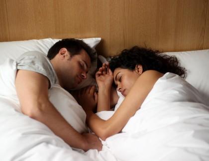 4 positions pour mieux dormir à deux