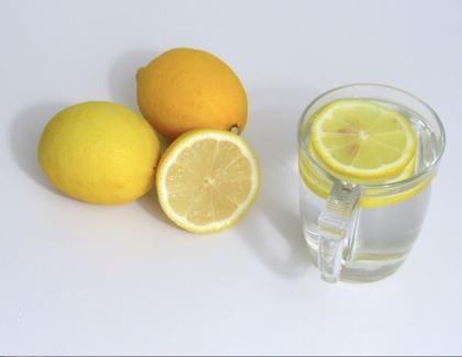 6 raisons pour prendre de  l'eau citronnée