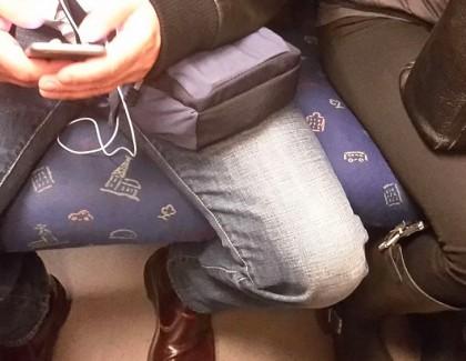 Manspreading : les hommes sommés de ne plus écarter les jambes…