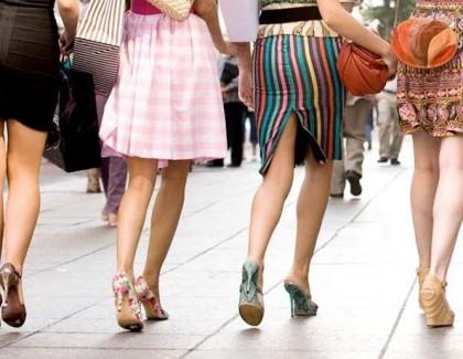 «Toutes en mini-jupes» contre «sois un homme et voile ta femme»
