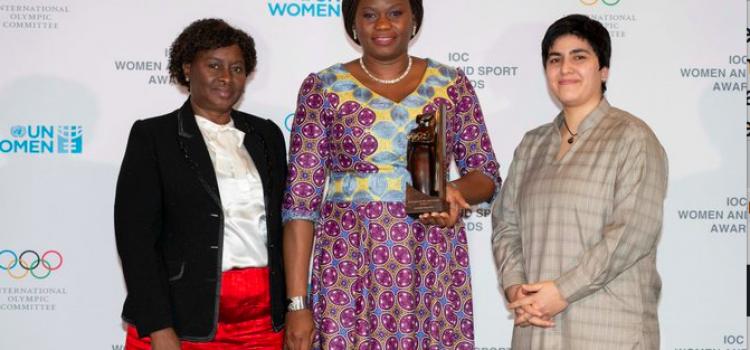 """Djatougbe Nathalie reçoit le trophée """"Femmes et Sport"""""""
