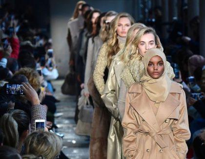 Halima Aden défile pour le show de Kanye West